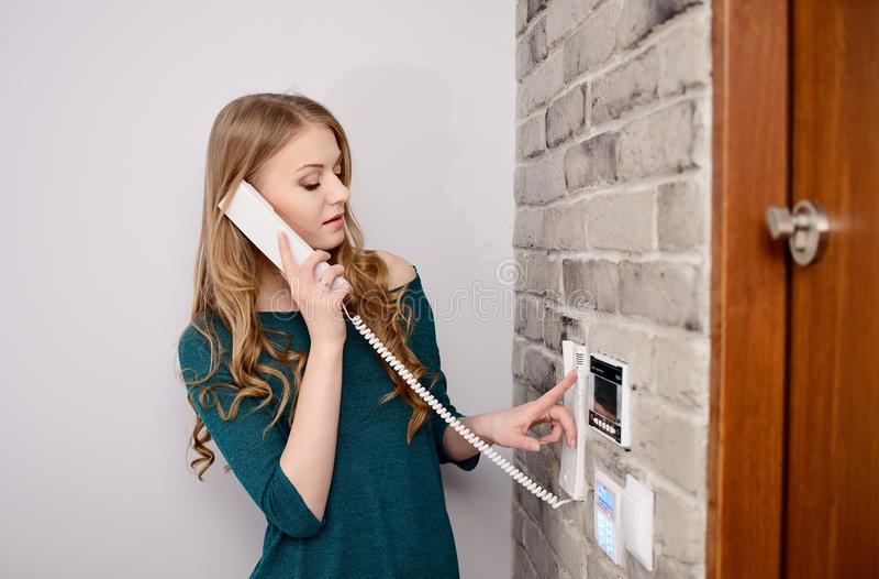 Vrouw die op de intercom spreken stock afbeeldingen