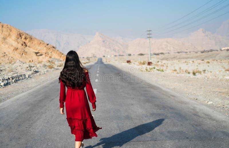 Vrouw die op de lege dessertweg lopen stock fotografie