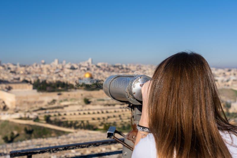Vrouw die op de Oude Stad van Jeruzalem met binoculair letten royalty-vrije stock fotografie