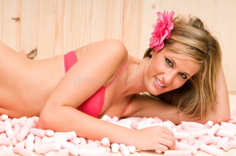Vrouw die op de snoepjes van suikerwolken ligt royalty-vrije stock foto's