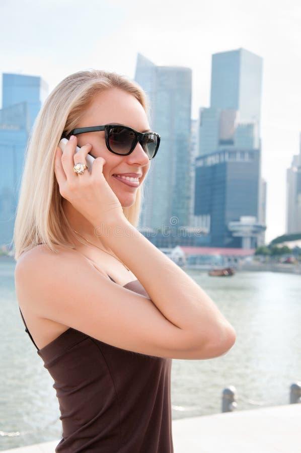 Vrouw die op de telefoon in Singapore spreekt royalty-vrije stock afbeeldingen