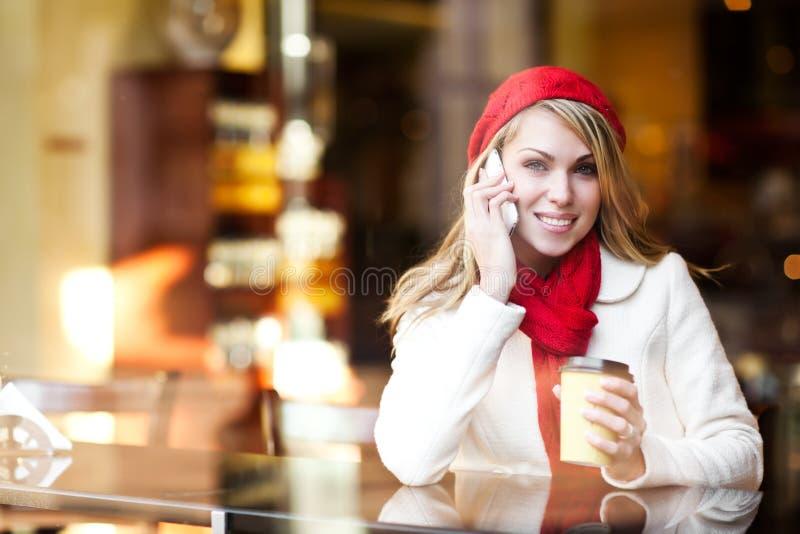 Vrouw die op de telefoon spreekt royalty-vrije stock fotografie