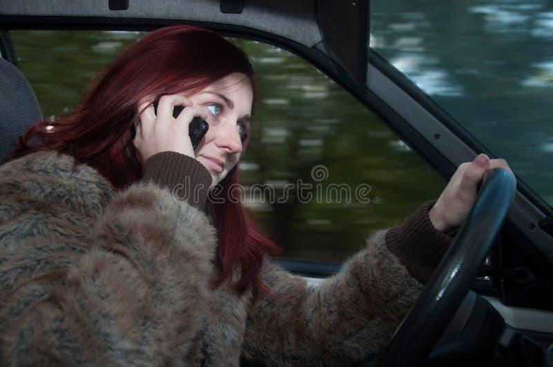 Vrouw die op de telefoon spreken royalty-vrije stock foto