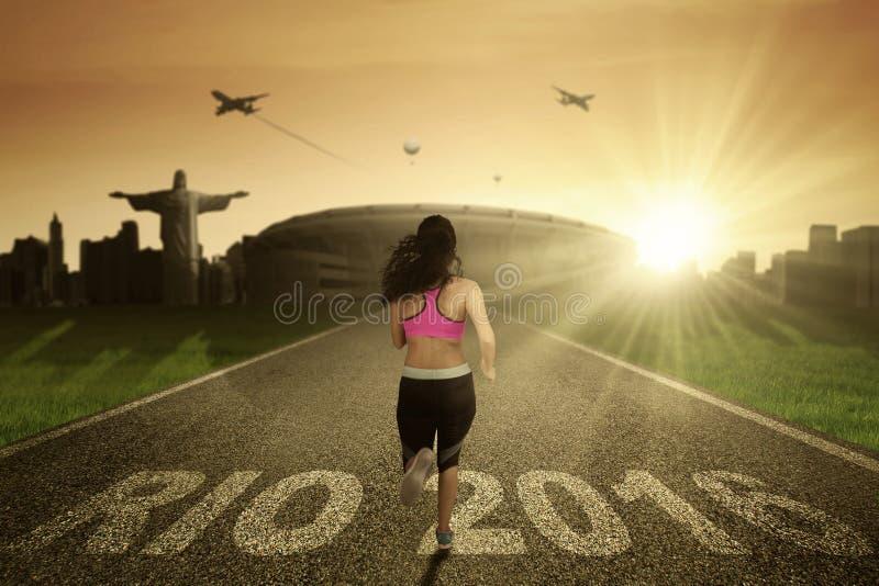 Vrouw die op de weg lopen stock foto's
