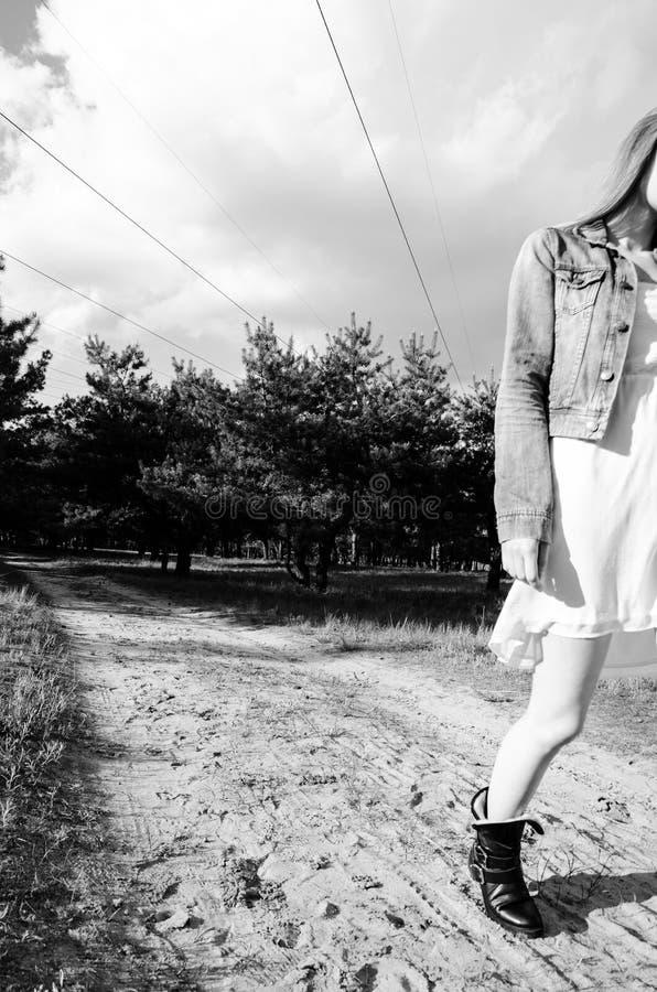 Vrouw die op de zandweg lopen stock fotografie
