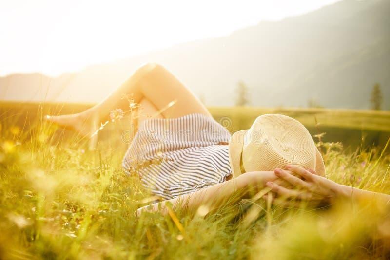 Vrouw die op de zonsondergang letten Sereniteit en ontspanning royalty-vrije stock afbeeldingen