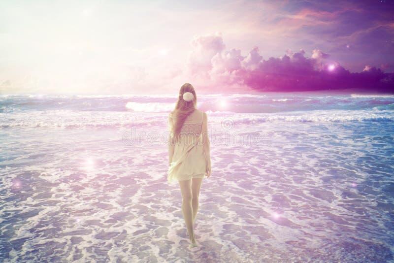 Vrouw die op dromerig strand lopen die van oceaanmening genieten