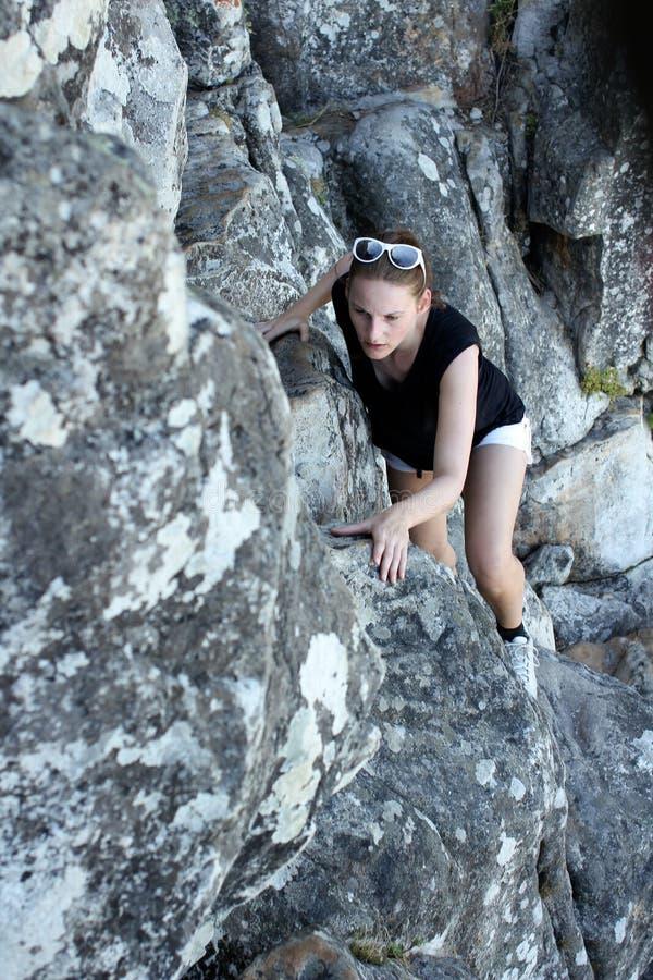 Vrouw die op een berg beklimt stock afbeelding