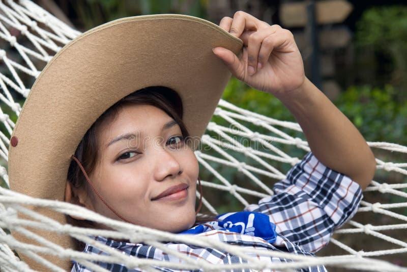 Vrouw die op een hangmat rust royalty-vrije stock fotografie
