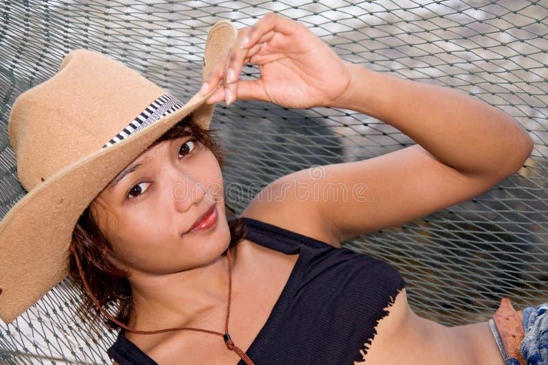 Vrouw die op een hangmat rusten royalty-vrije stock foto