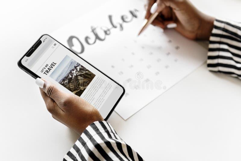 Vrouw die op een kalender plannen stock foto's