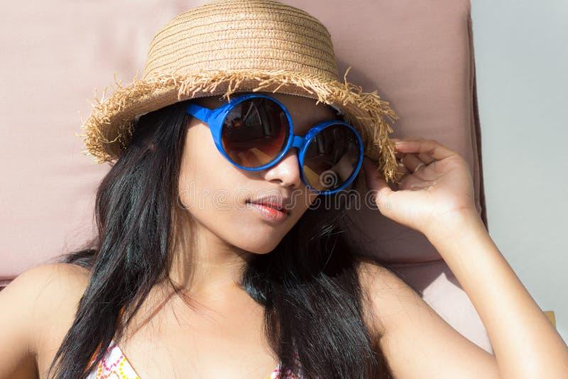 Vrouw die op een lanterfanter zonnebaden stock afbeelding