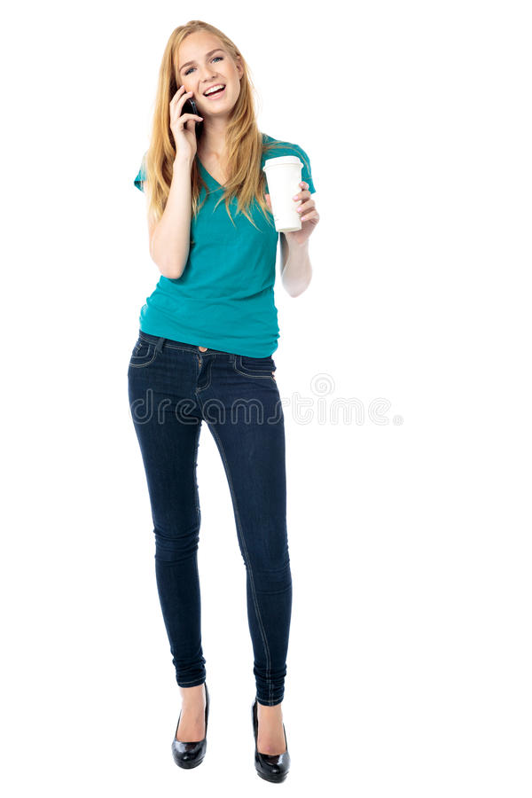 Vrouw die op een mobiele telefoon babbelen stock fotografie