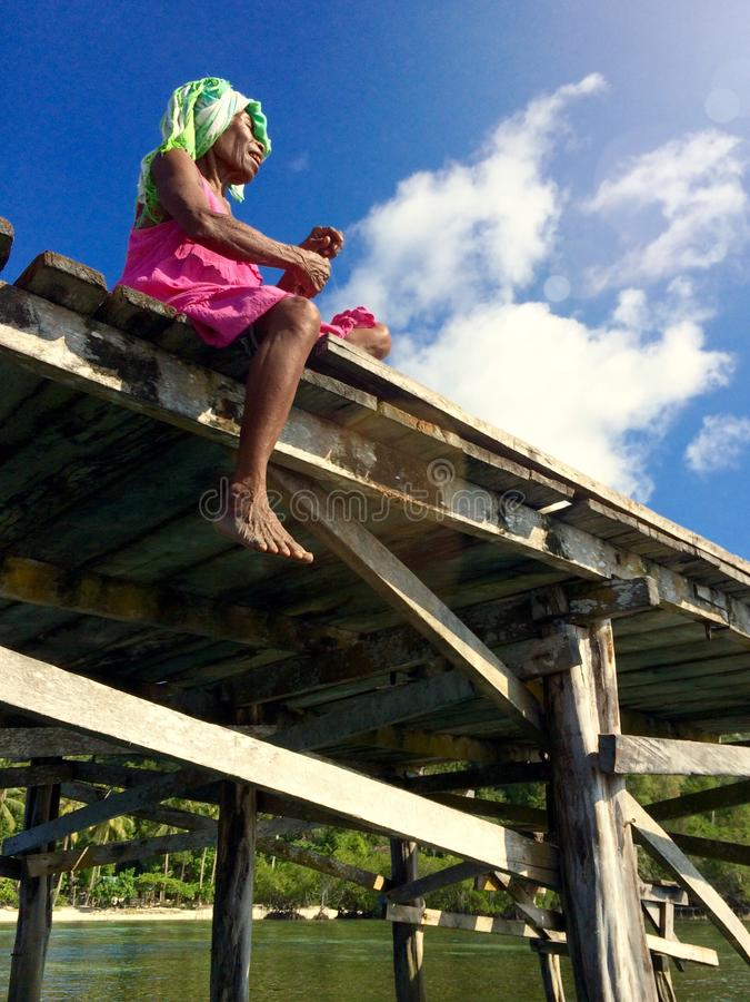 Vrouw die op een Pijler vissen royalty-vrije stock afbeelding