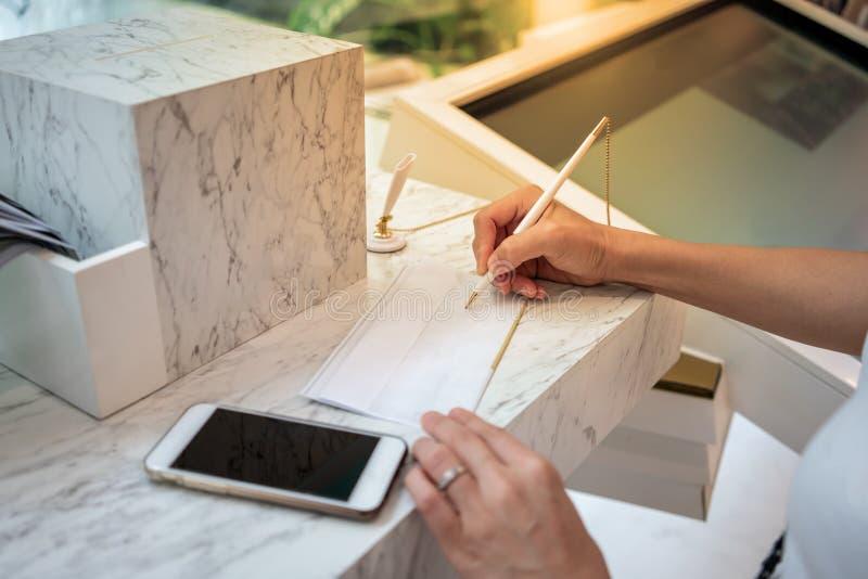 Vrouw die op een wit blad van document schrijven Si van de bedrijfsvrouwenhand royalty-vrije stock afbeeldingen