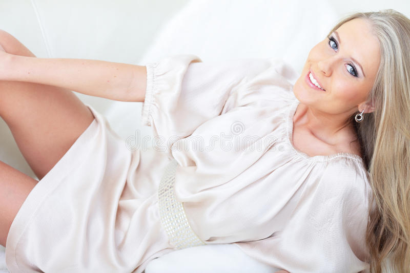 Vrouw die op haar bed ligt royalty-vrije stock foto's