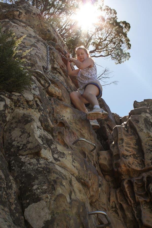 Vrouw die op het Hoofd van Leeuwen beklimt royalty-vrije stock foto