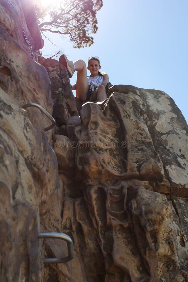 Vrouw die op het Hoofd van Leeuwen beklimt stock foto's