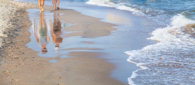 Vrouw die op het overzeese strand lopen royalty-vrije stock afbeeldingen