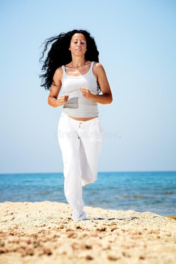 Vrouw die op het strand aanstoot. royalty-vrije stock foto's