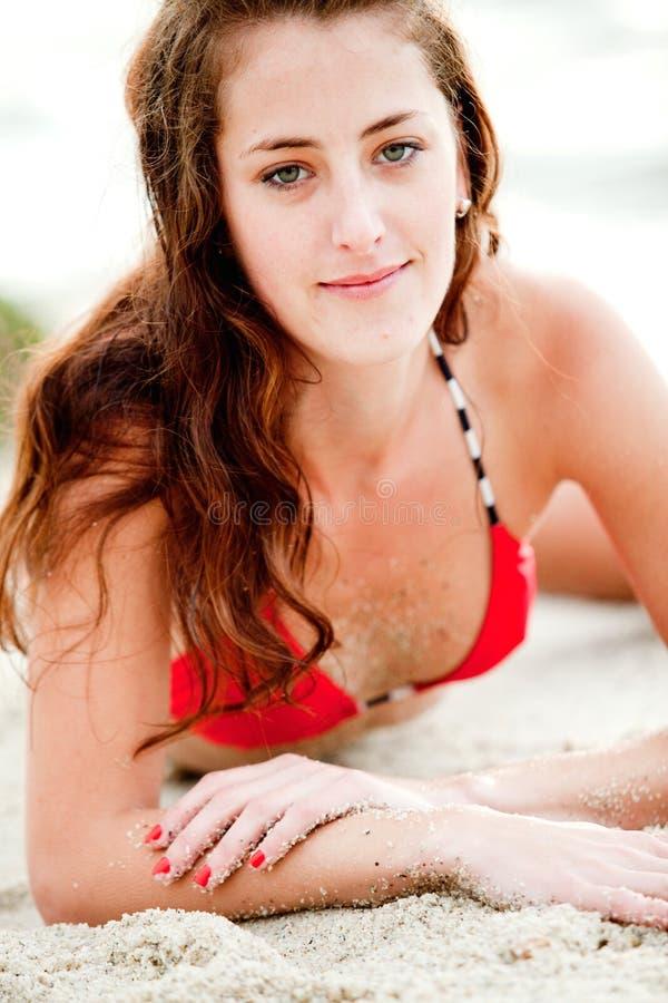 Vrouw die op het strand ligt royalty-vrije stock foto's