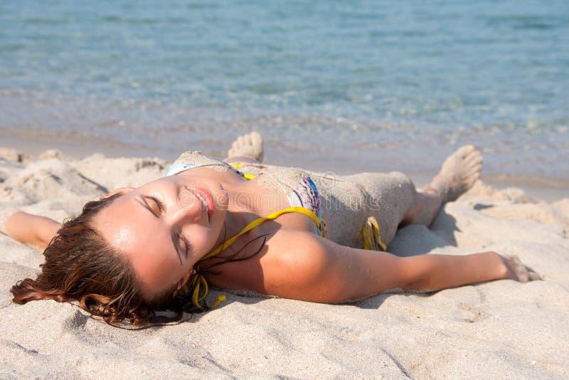 Vrouw die op het strand rust royalty-vrije stock foto's