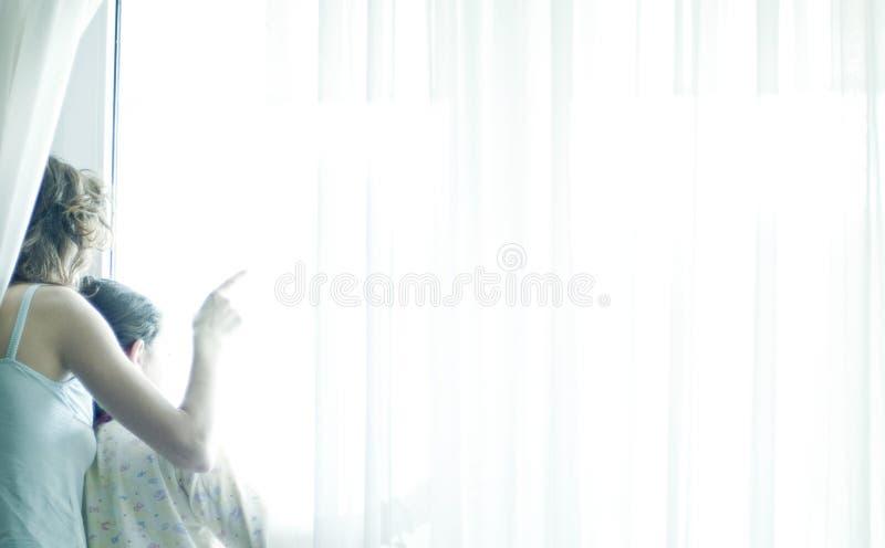 Vrouw die op het venster wijst royalty-vrije stock fotografie