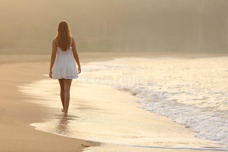 Vrouw die op het zand van het strand lopen royalty-vrije stock foto