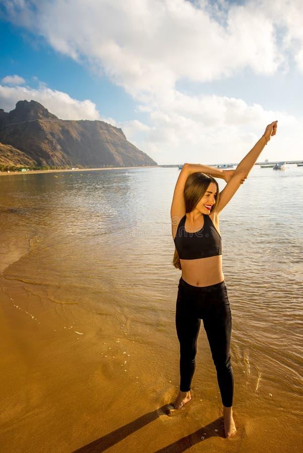 Vrouw die op het zandige strand lopen stock foto's