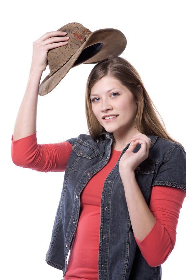 Vrouw die op hoed zet royalty-vrije stock fotografie