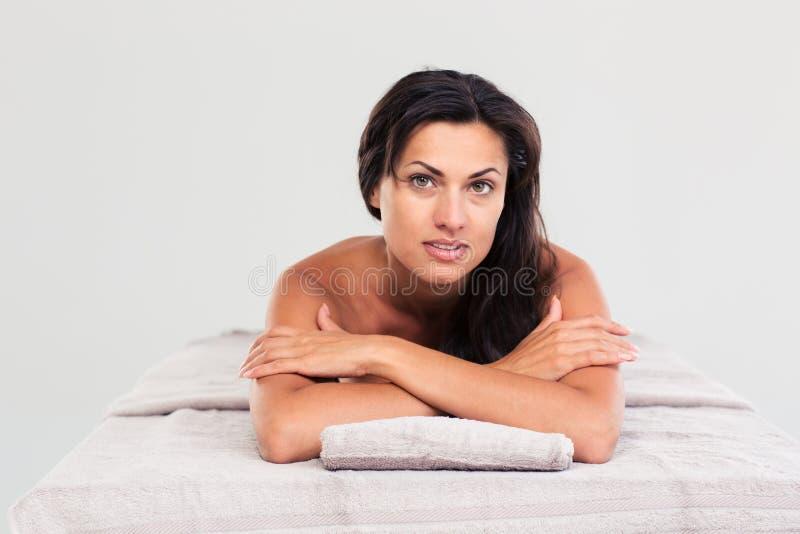 Vrouw die op massagelanterfanter liggen stock fotografie