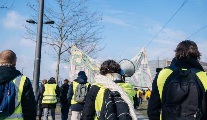 Vrouw die op megafoonprotest Frankrijk schreeuwen stock foto