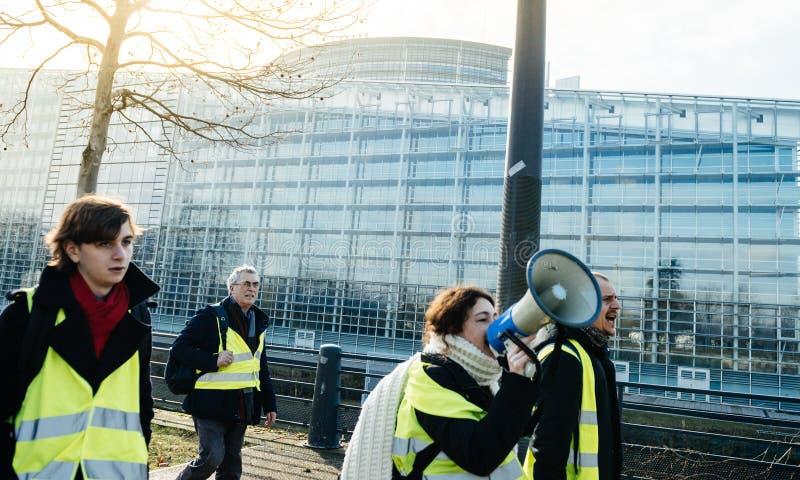 Vrouw die op megafoonprotest Frankrijk schreeuwen royalty-vrije stock afbeelding
