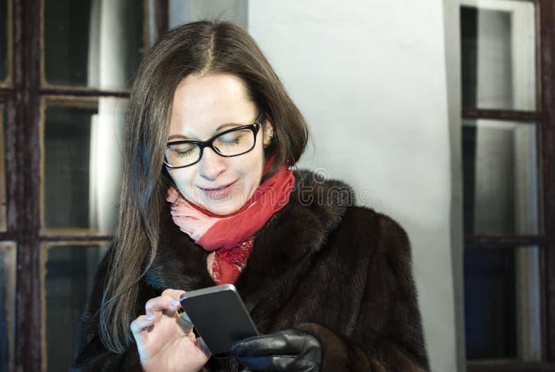 Vrouw die op Mobiel babbelen royalty-vrije stock afbeeldingen