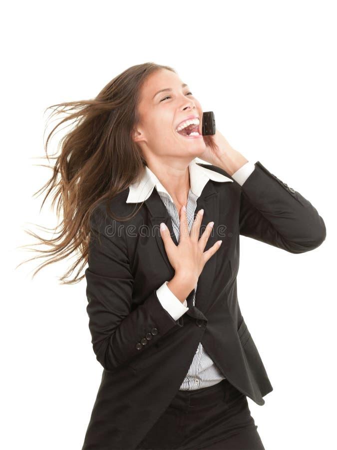 Vrouw die op mobiele geïsoleerdee telefoon lacht royalty-vrije stock fotografie