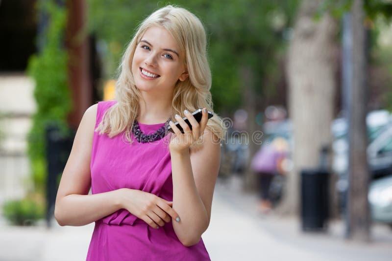 Vrouw die op Mobiele Telefoon in Stad spreken royalty-vrije stock foto's