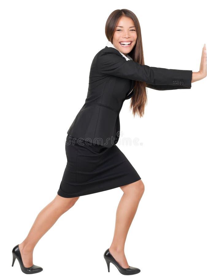 Vrouw die/op muur leunt duwt royalty-vrije stock foto