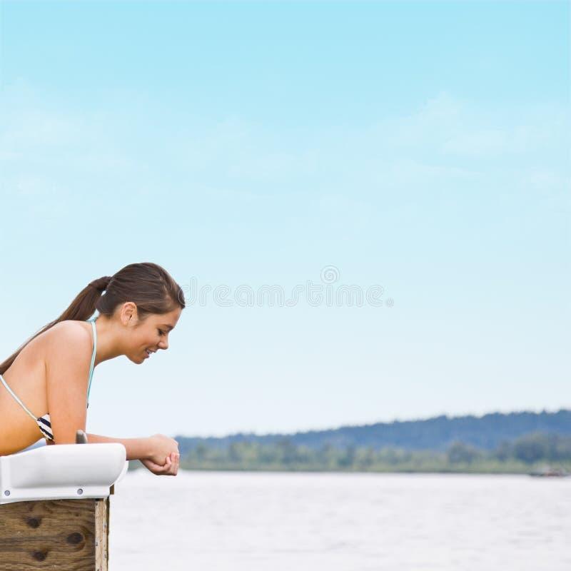 Vrouw die op pijler legt stock fotografie
