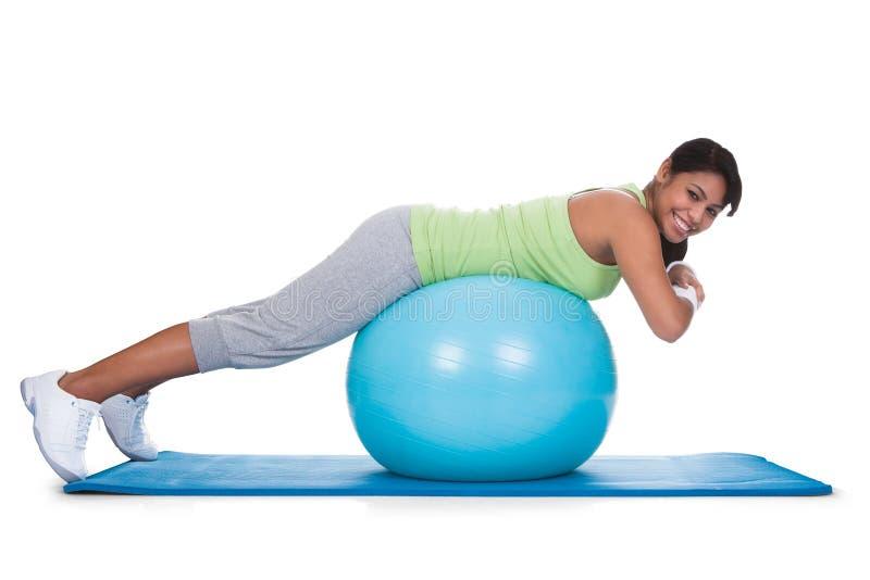 Vrouw die op Pilates-Bal uitoefenen stock foto