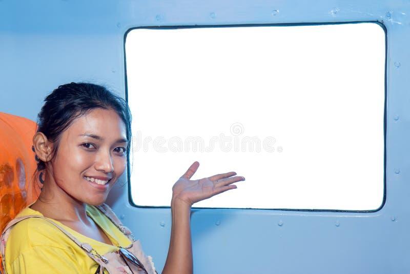 Vrouw die op spaties van het venster richten royalty-vrije stock fotografie