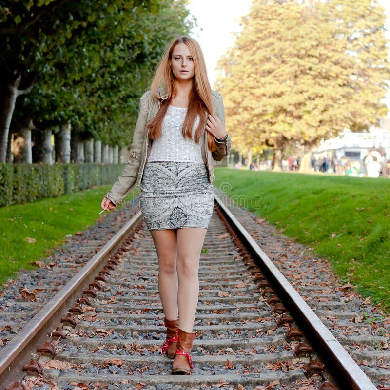 Vrouw die op spoor loopt stock fotografie