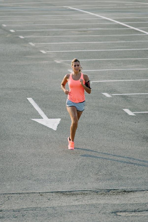 Vrouw die op stedelijk asfalt lopen stock fotografie