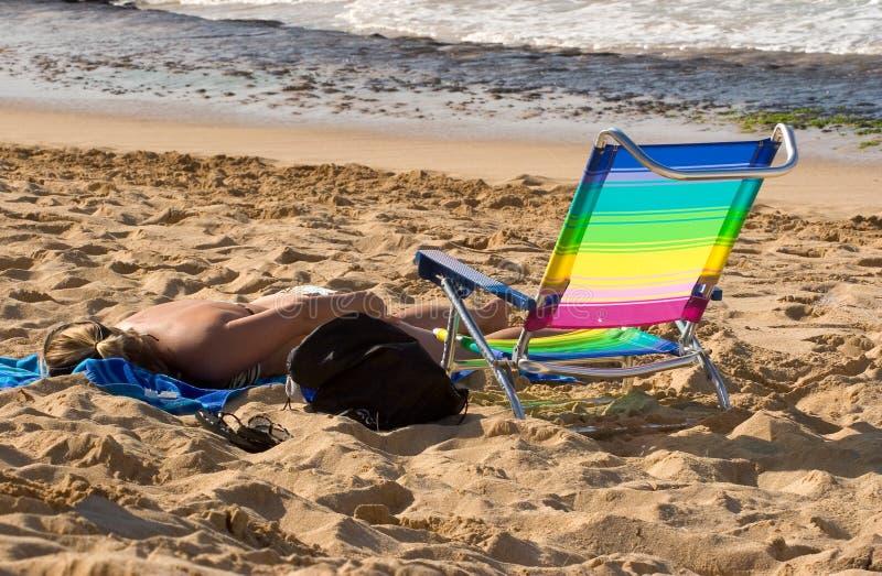 Vrouw die op Strand 2 zonnebaadt stock afbeeldingen