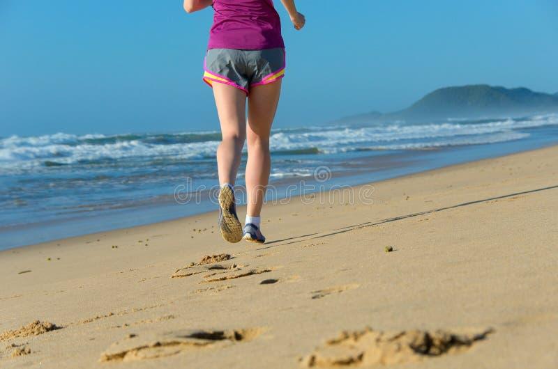 Vrouw die op strand, de jogging van de meisjesagent in openlucht lopen royalty-vrije stock afbeelding