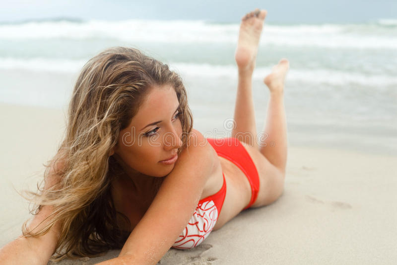 Vrouw die op strand ligt royalty-vrije stock foto's