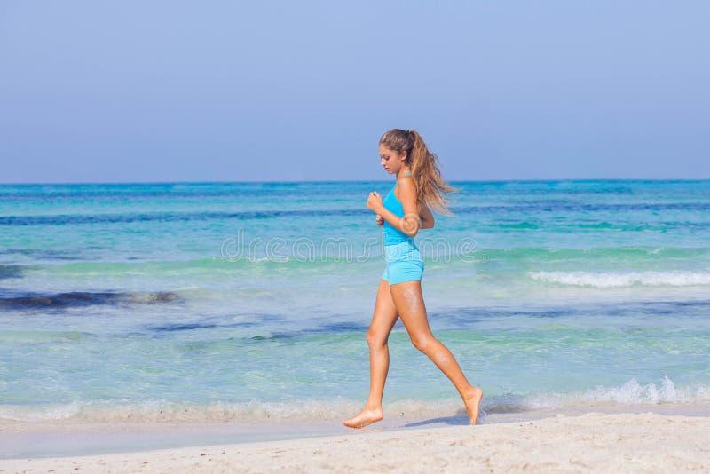 Vrouw die op strand loopt royalty-vrije stock foto's