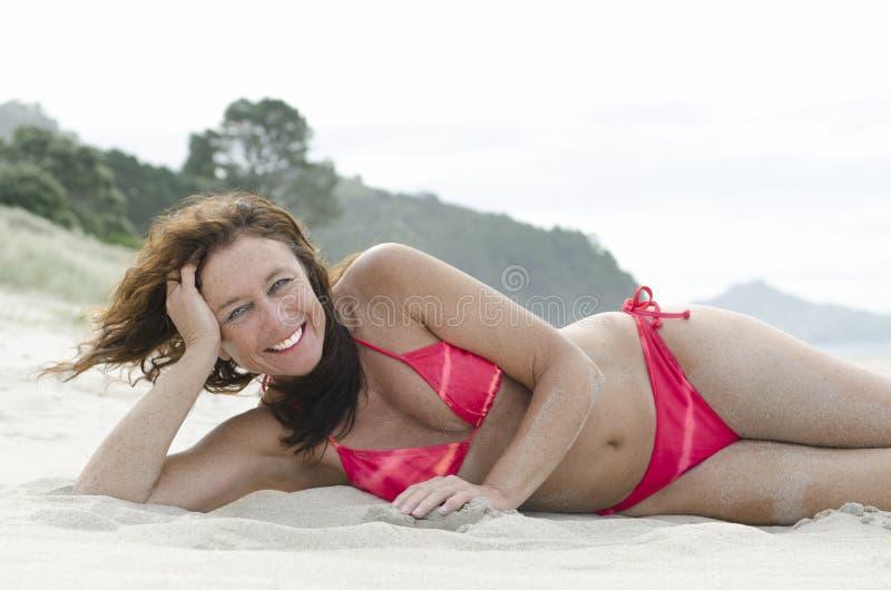 Vrouw die op strand zonnebaadt royalty-vrije stock foto's