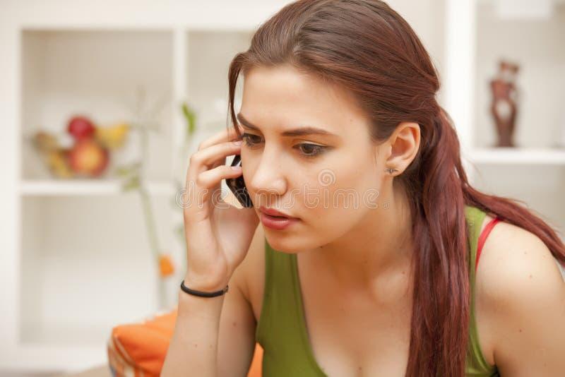 Vrouw die op telefoon spreekt stock afbeeldingen