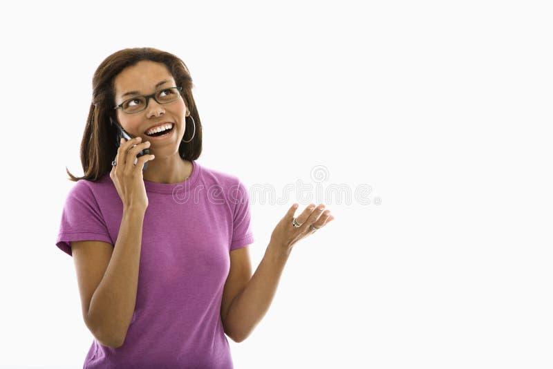 Vrouw die op telefoon spreekt. stock afbeeldingen