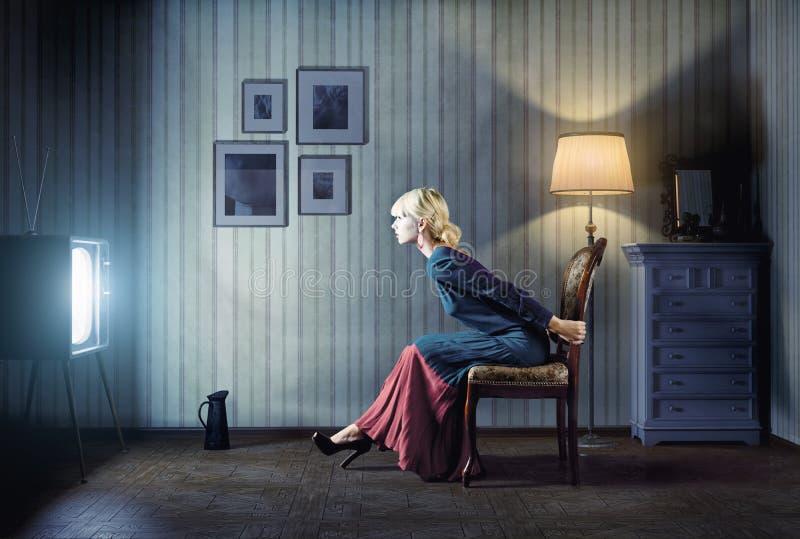 Vrouw die op TV letten royalty-vrije stock fotografie